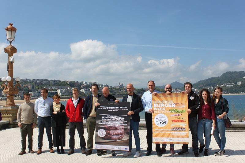 La presentación ha corrido a cargo de Iñigo García (San Sebastián Shops), el coordinador del evento Martín Martínez, Mikel Urrestarazu (Harakiñak Gipuzkoa) y representantes de los bares.