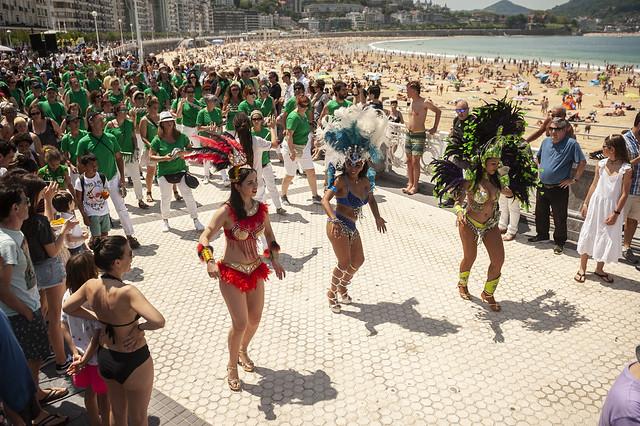 Samba en el paseo de la Concha este domingo. Foto. Olatu Talka