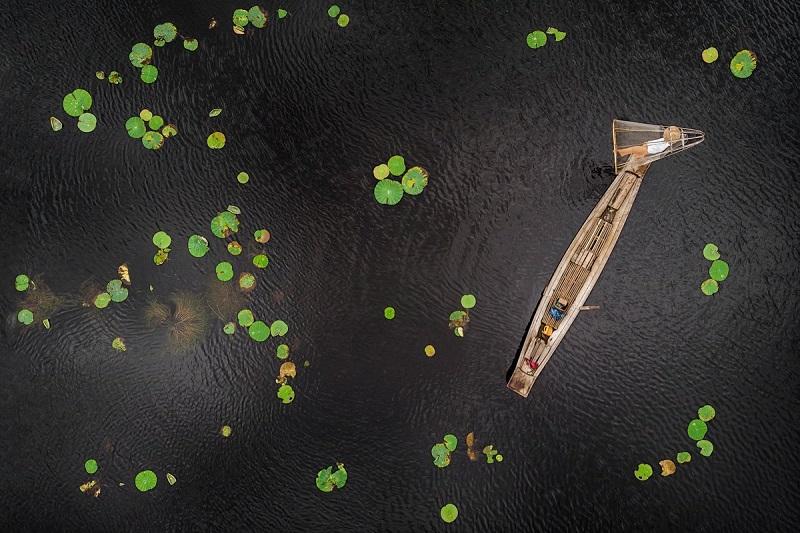 'Boats and waterlilies 04', de Manu Barreiro Rodríguez, ganadora del certamen. Fotos: Sociedad Fotográfica de Gipuzkoa (vía Twitter).