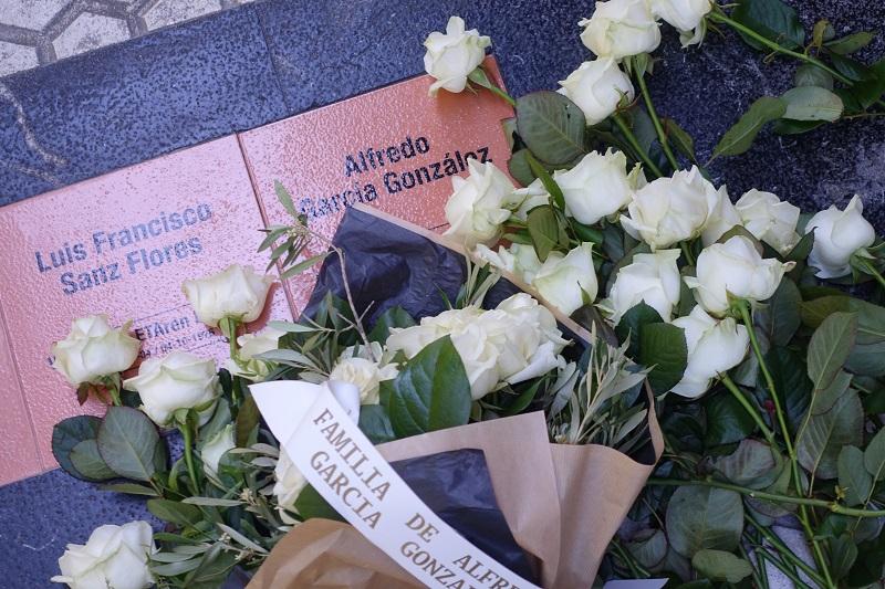 La placa colocada hoy en memoria de Alfredo García, asesinado por ETA en los 70. Foto: Ayto.