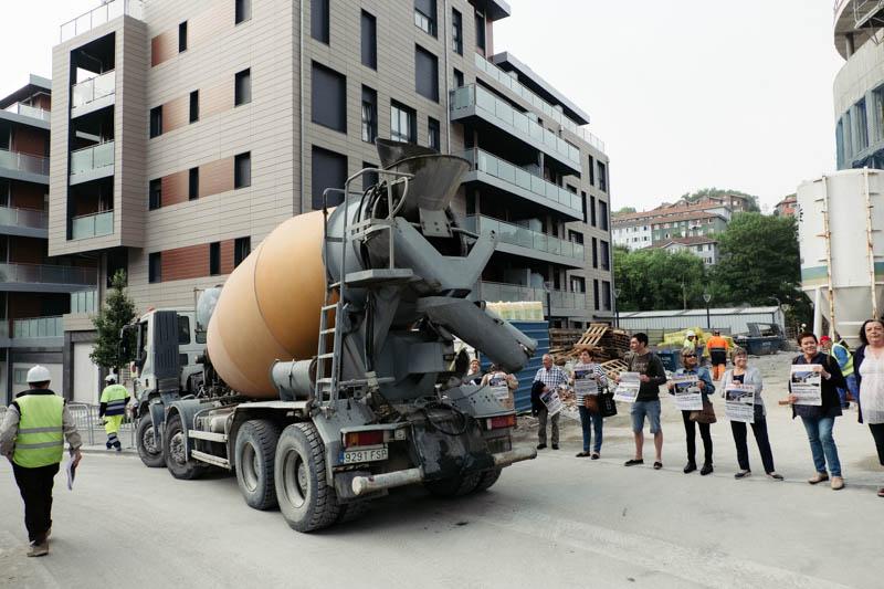 Vecinos de Amara Viejo impidiendo a las máquinas levantar el muro de la calle Amara. Fotos: Santiago Farizano