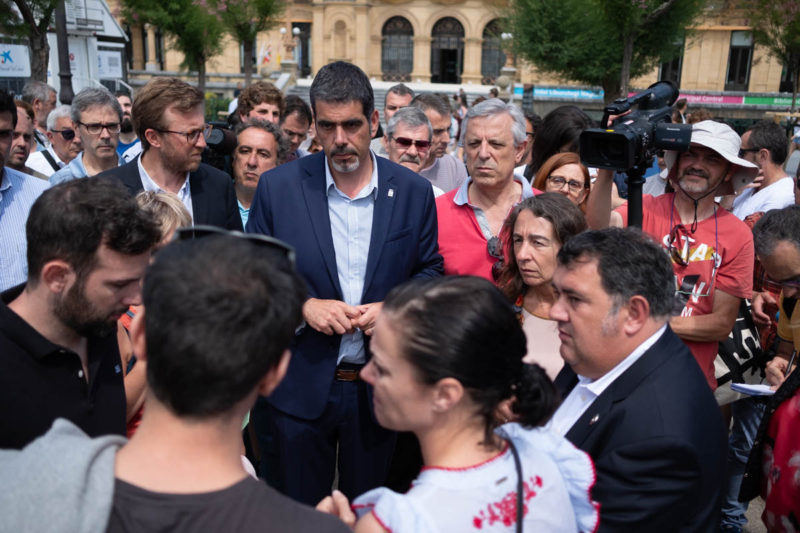 El alcalde Eneko Goia acompañando a los familiares de la víctima en la concentración del martes. Foto: Santiago Farizano