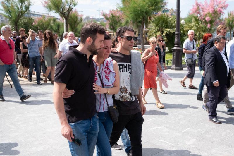 Los tres hijos de José Luis Lancha  en la concentración que tuvo lugar en el Ayuntamiento donostiarra en repulsa a la agresion a su padre. Foto: Santiago Farizano