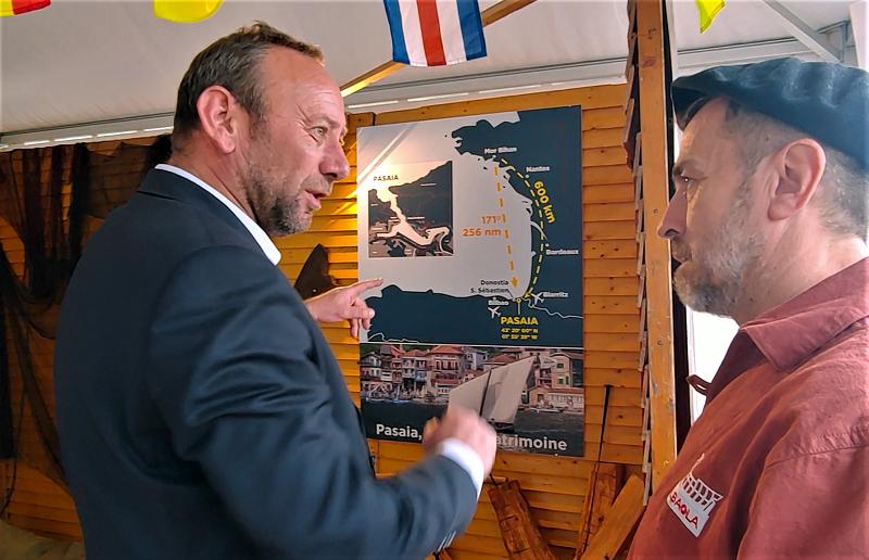 Xabier Agote, presidente de Albaola (dcha.), promociona Pasaia ante el alcalde de Vannes, David Robo. Fotos: Pasaia Itsas Festibala.