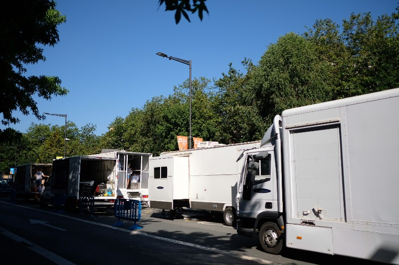 Camiones de los equipos de rodaje de la película de Woody Allen en el Boulevard. Fotos: Santiago Farizano