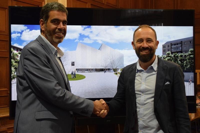 Eneko Goia y Denis Itxaso reunidos por el polideportivo de Altza. Foto: Ayto.