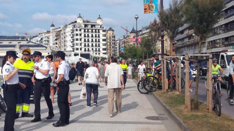 Guardias Municipales retirando bicicletas de la Concha el 16 de julio. Foto: JME