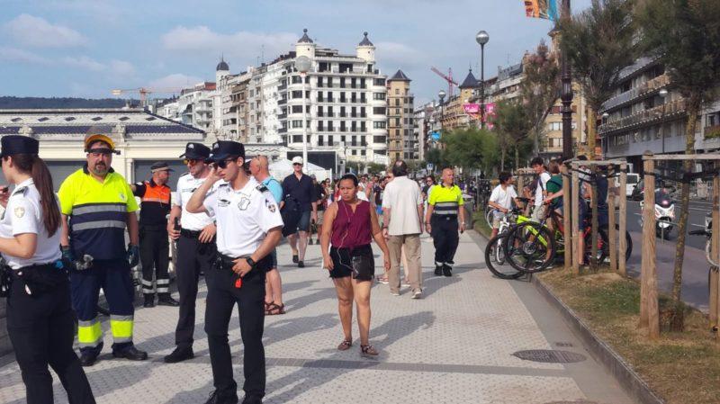 Guardias Municipales retirando bicicletas de la Concha. Foto: JME