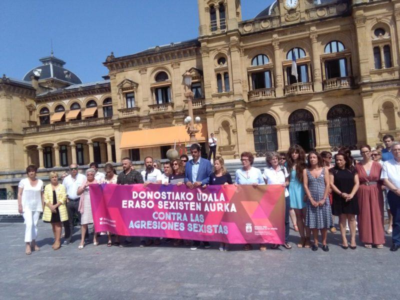 Todos los grupos municipales, representantes de la Diputación y otros políticos gipuzkoanos se han concentrado hoy frente al Ayuntamiento. Foto: A.E.