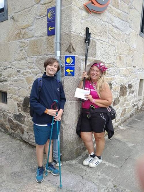 Telmo y su madre Izaskun Fernández terminando el Camino de Santiago en favor de Katxalin. Foto: DonostiTik