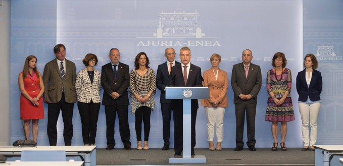 Urkullu y los consejeros durante la lectura. Foto: Gobierno Vasco