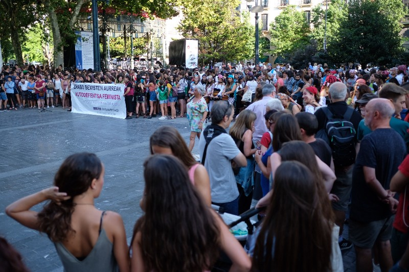 Concentración en el Boulevard esta tarde contra las últimas agresiones. Fotos: Santiago Farizano
