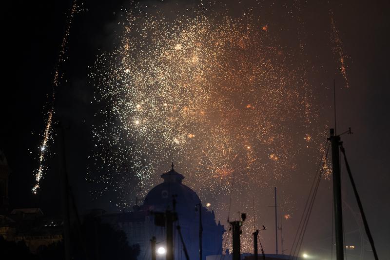 Fuegos sobre el Ayuntamiento este martes. Fotos: Santiago Farizano