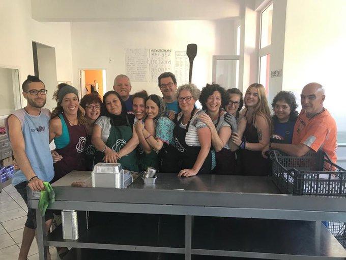 El equipo de personas que trabaja en Lesbos dando 1.800 comidas diarias. Foto: Zaporeak