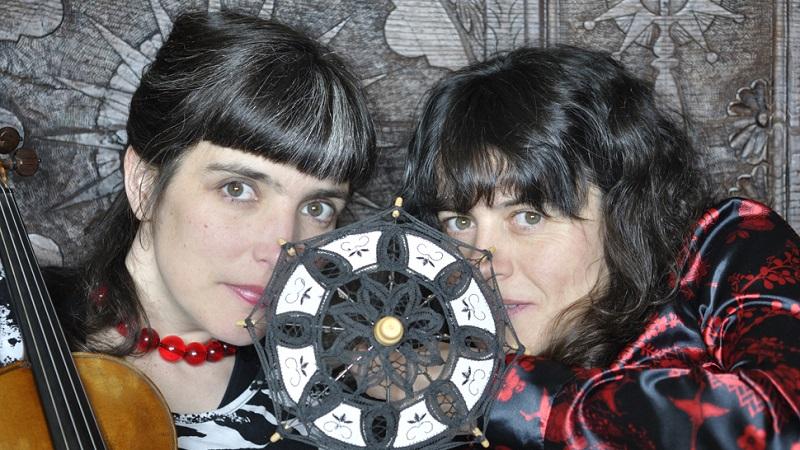 Amaia Puin, cuentacuentos, y Elena Setién, violín.