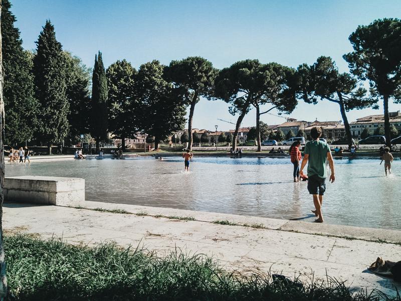 Refrescándonos en Verona.