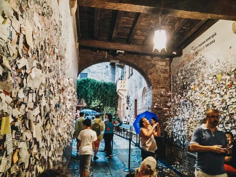 El pasadizo de Verona con los mensajes de amor.