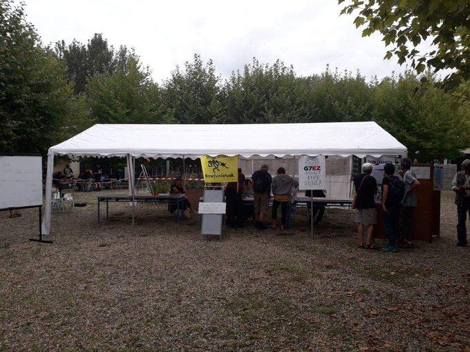 Montaje de un campamento de la 'contracumbre'. Foto: G7 Ez