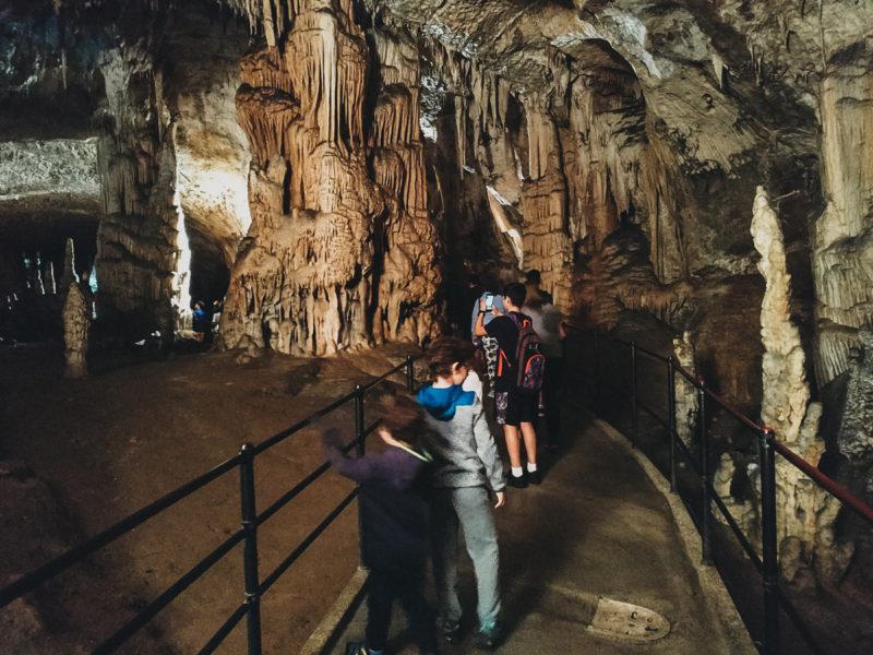 Inicio del recorrido en las Cuevas de Postojna.