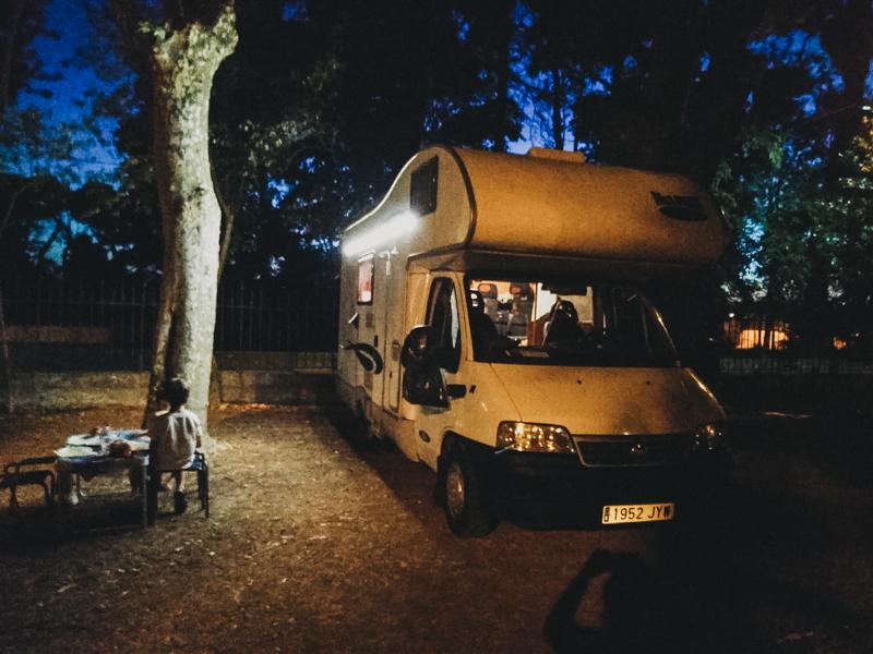 A falta de luz en el camping nos arreglamos con una tira de leds con mando a distancia que nos viene fenomenal
