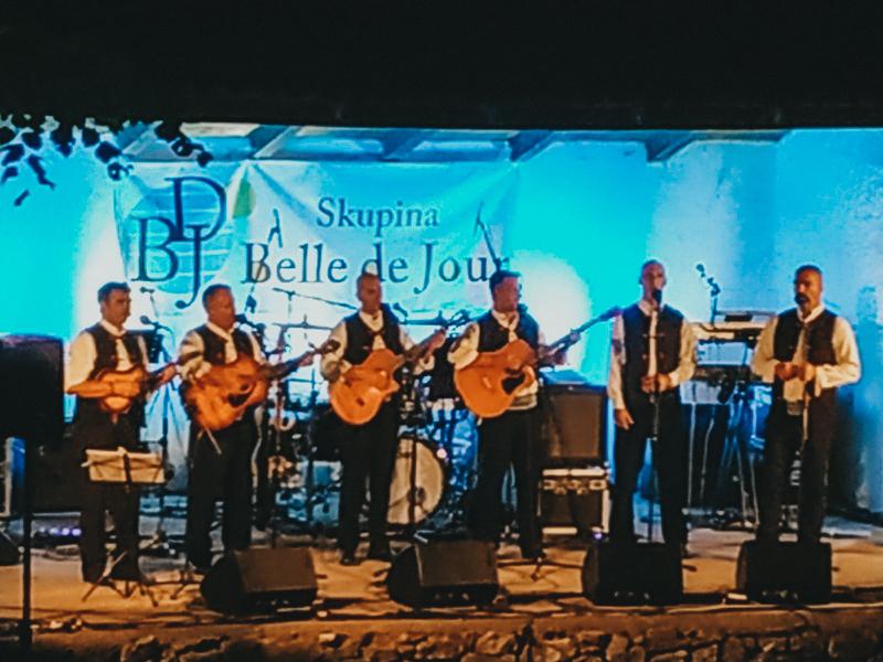 Los croatas Belle de Jour, música folk de Dalmacia en Sežana.