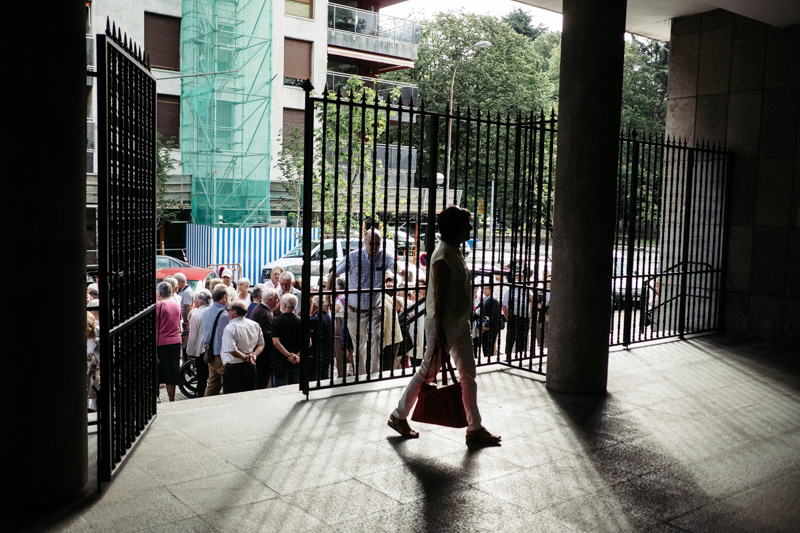 Imagen de la concentración de esta mañana desde dentro de la parroquia. Fotos: Santiago Farizano