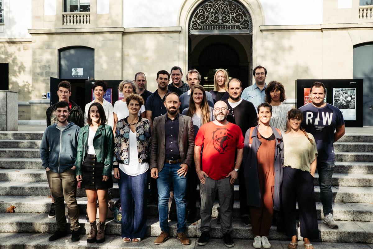 El diputado Denis Itxaso con los representantes de los proyectos seleccionados en META!. Foto: Santiago Farizano