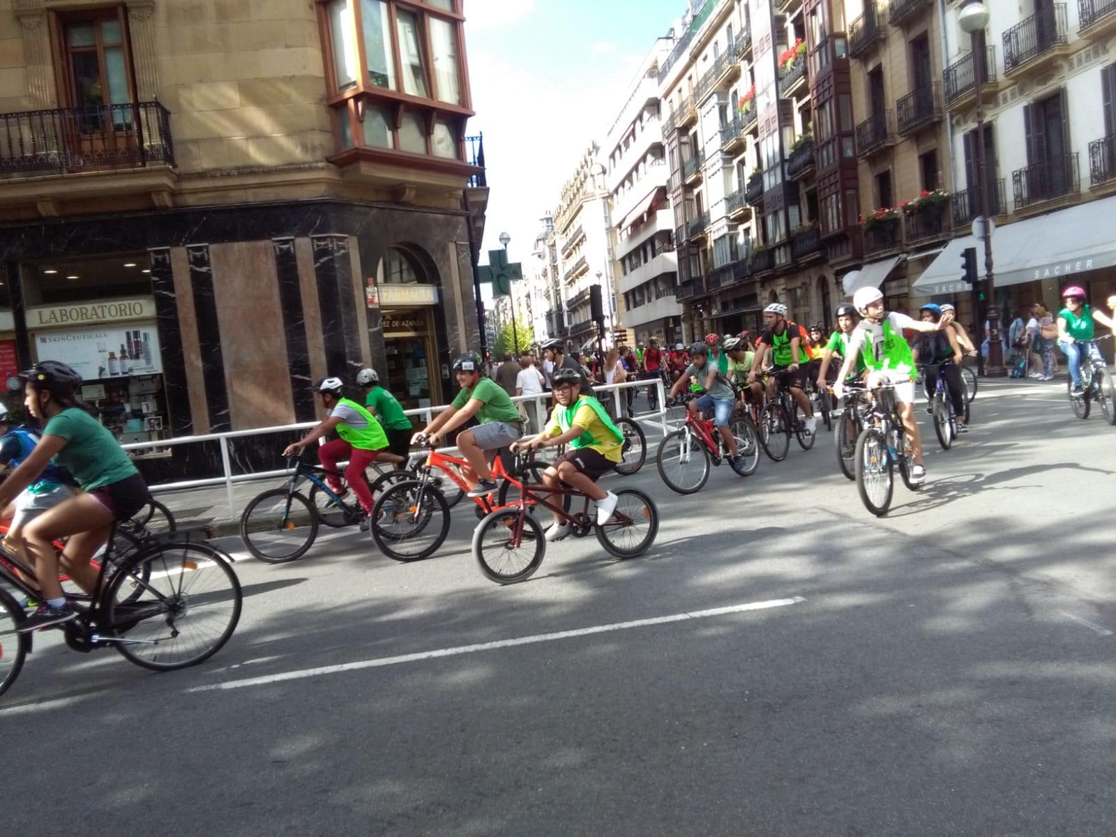 Marcha en bicicleta este mediodía por Donostia. Fotos: A.E.