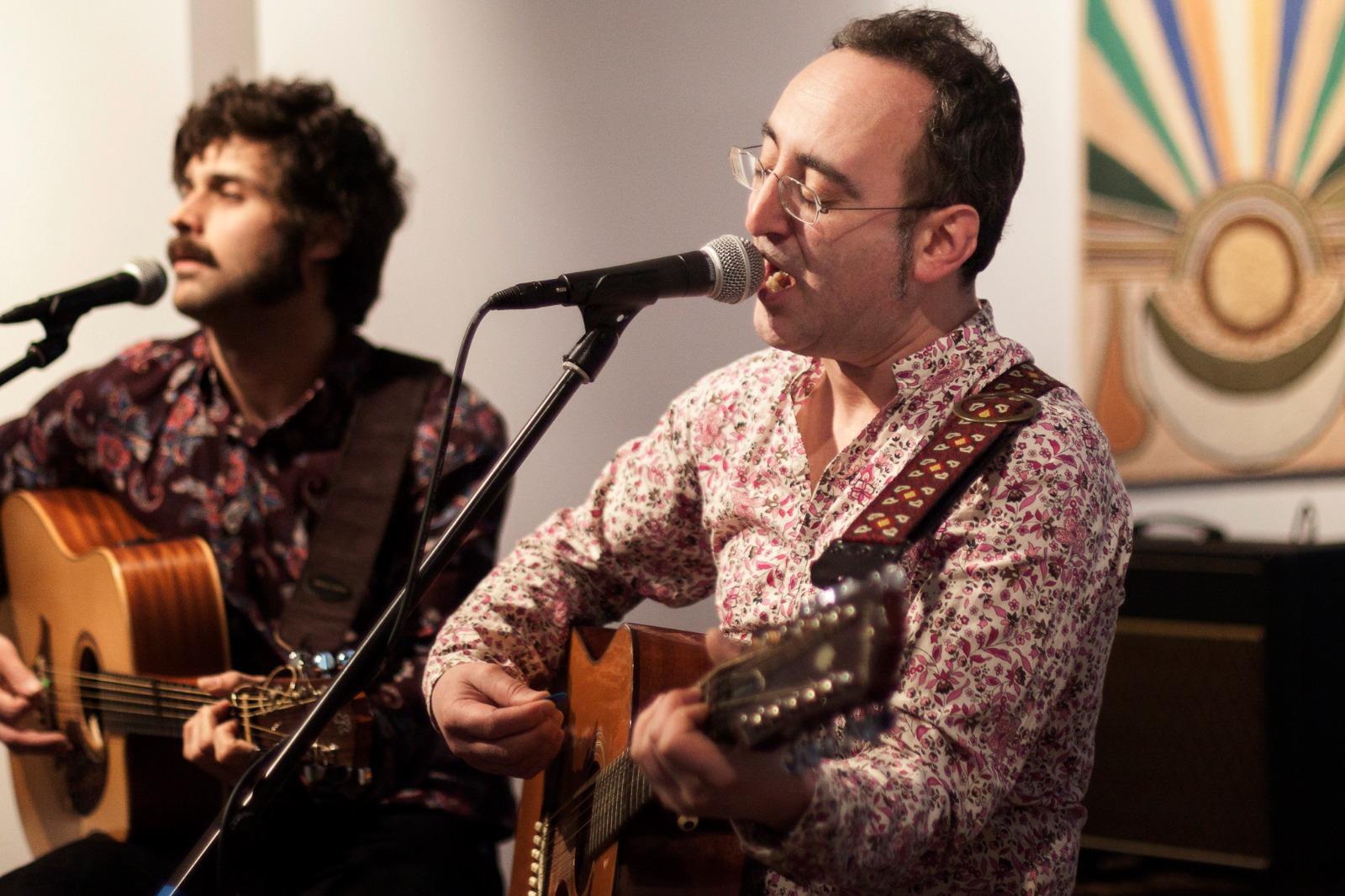 Alfonso Espiño a la derecha junto al guitarrista Brais Sánchez.
