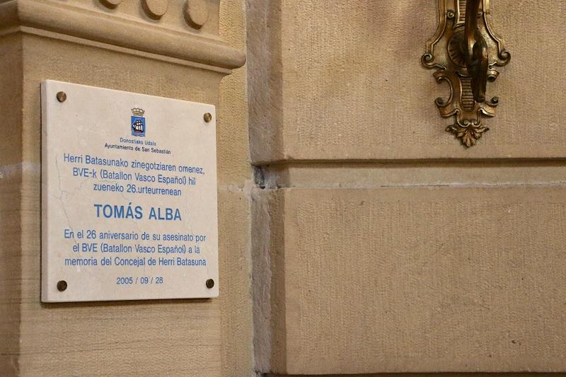 Placa de recuerdo a Tomás Alba. Foto: Ayto.