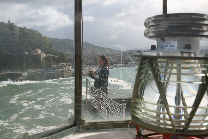 Cristina Iglesias en el faro. Foto: Ayto.
