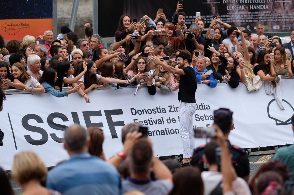 Locura en la llegada de Mario Casas. Fotos: Santiago Farizano