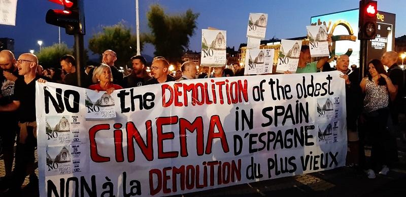 Protesta por la situación del Bellas Artes este sábado frente al Kursaal. Foto: Donostia Defendatuz