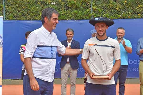 El alcalde Eneko Goia felicita a Barranco. Foto: Real Club de Tenis de San Sebastián