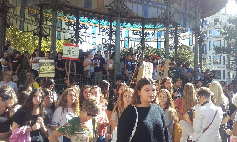 Jóvenes en la concentración del Boulevard. Foto: ELA Donostia (vía Twitter)