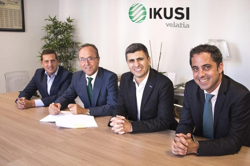 Responsables de una y otra empresa, tras la firma. Foto: Ikusi.