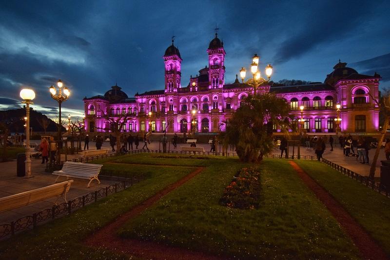 El Ayuntamiento donostiarra, de rosa frente al cáncer de mama. Foto: Ayto.