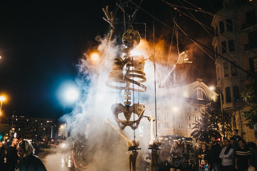 El esqueleto que protagonizó el anochecer donostiarra de la inauguración del festival. Foto: Santiago Farizano