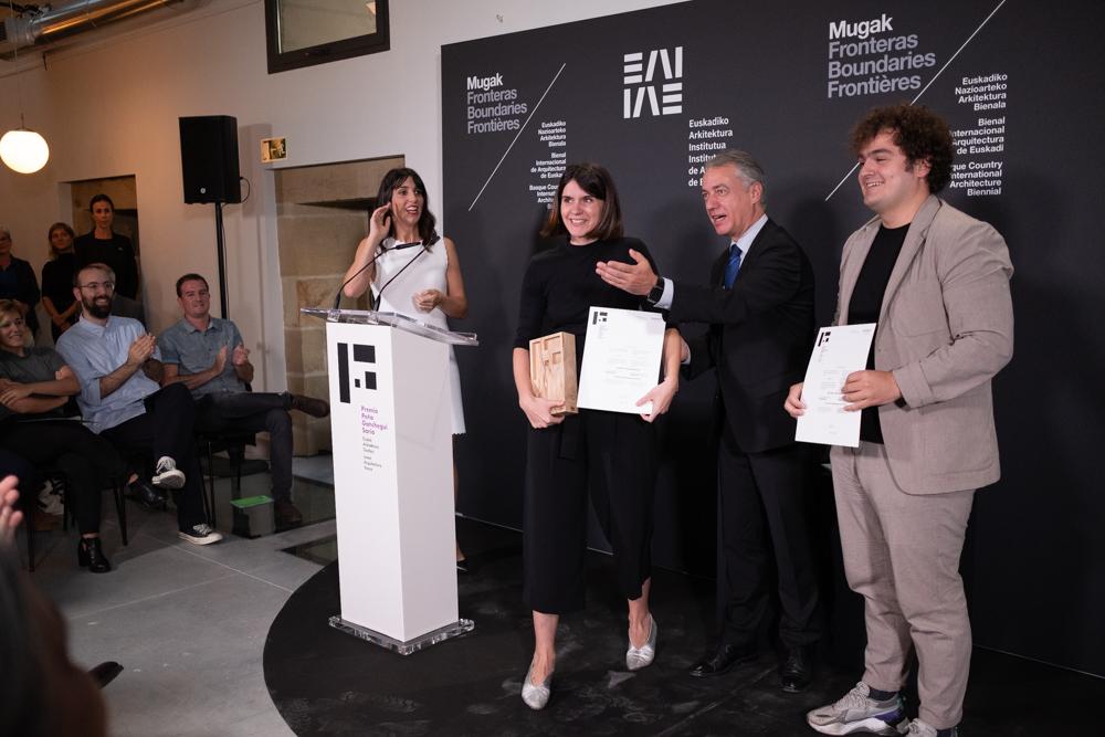 Urkullu entrega el premio a los premiados. Fotos: Santiago Farizano