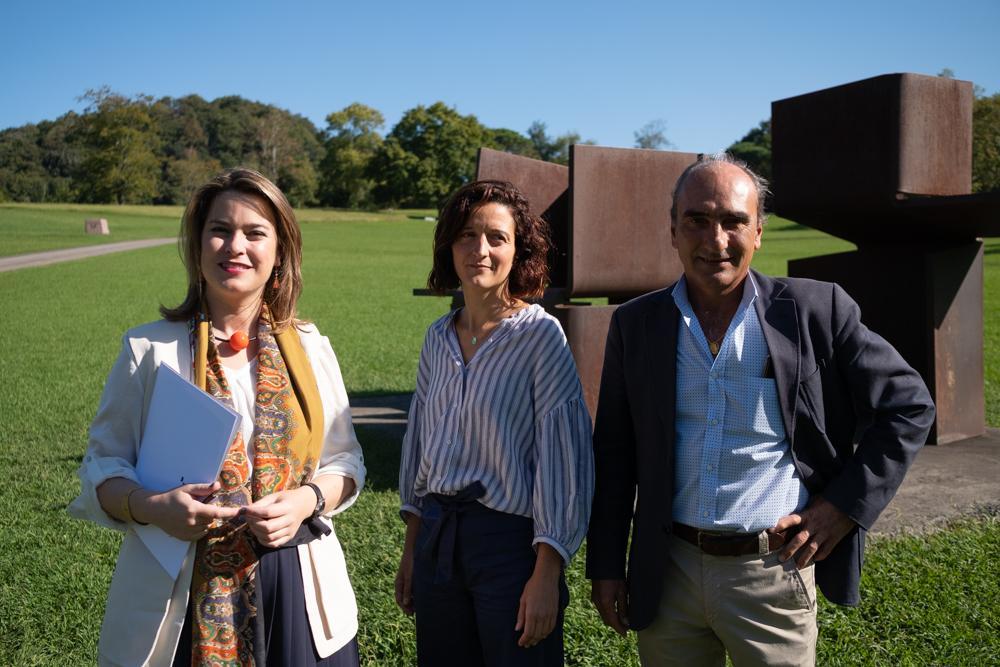 Nausica Sánchez, del departamento de Educación del Museo, Mireia Massagué, directora de Chillida Leku, y Luis Chillida, presidente de la Fundación Eduardo Chillida. Fotos: Santiago Farizano