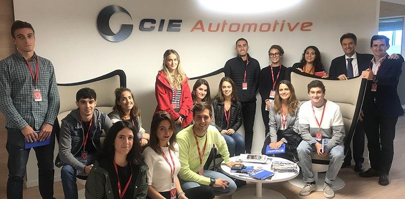 Estudiantes del Máster Universitario en Marketing Avanzado durante su visita a la empresa CIE Automotive