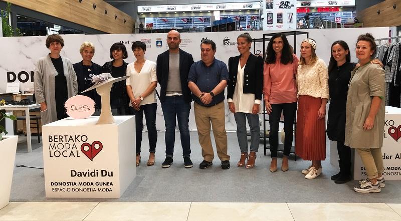 Presentación del espacio de Garbera para diseñadores locales con el concejal Ernesto Gasco y con Laura Chamorro, al frente del clúster. Foto: Garbera