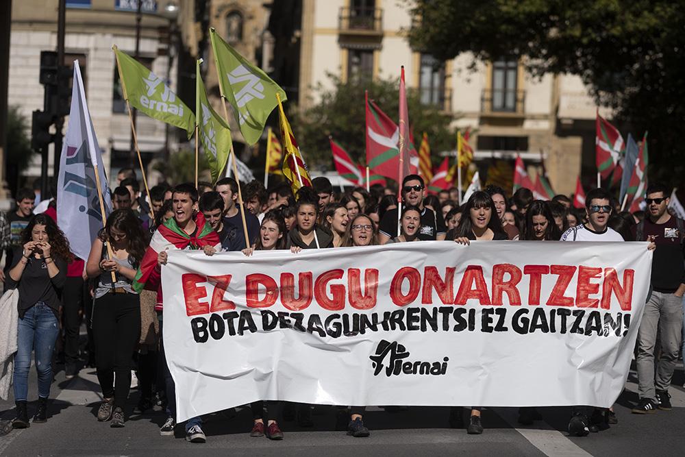 Concentración hoy en el Boulevard donostiarra con con consignas a favor de Cataluña. Foto: Santiago Farizano