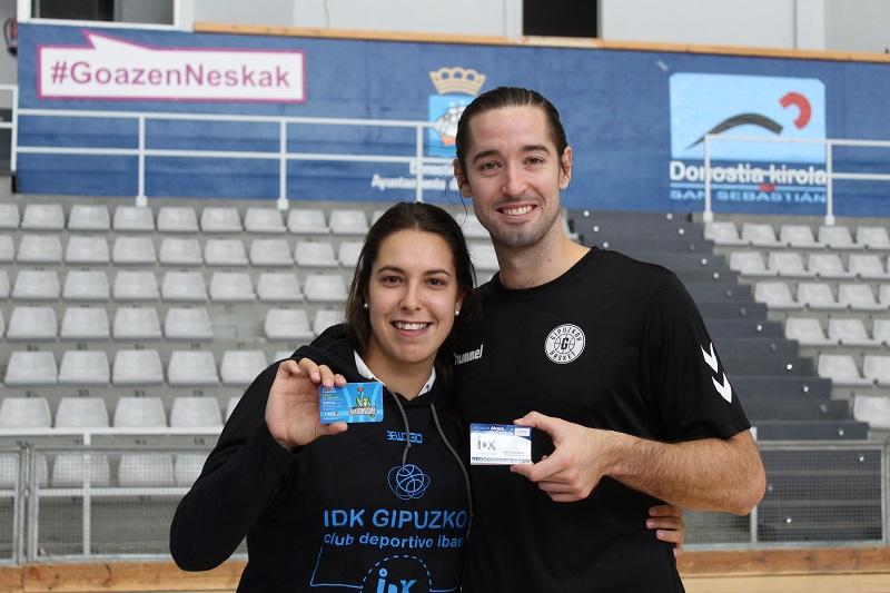 Lara González, jugadora del IDK Gipuzkoa, y Mikel Motos, jugador del Delteco GBC.