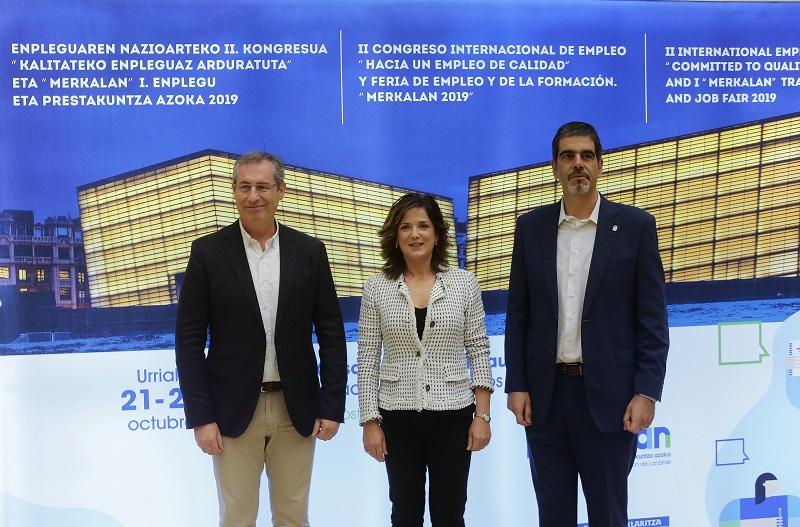El diputado general Markel Olano, la consejera de Empleo Beatriz Artolazabal y el alcalde Eneko Goia.