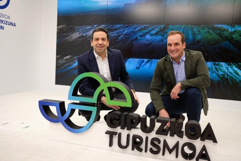 El diputado Imanol Lasa y el director de Turismo Iker Goiria presentan 'Gipuzkoa  Turismoa'. Foto: Santiago Farizano