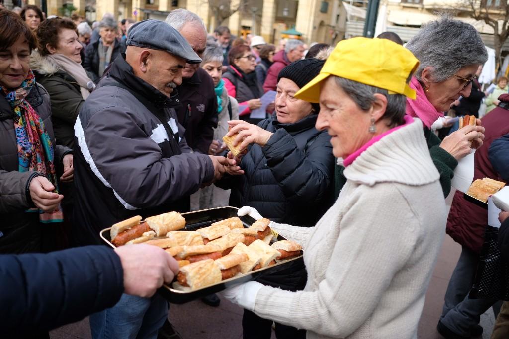 Los pensionistas donostiarras celebran sus dos años de movilización. Fotos: Santiago Farizano