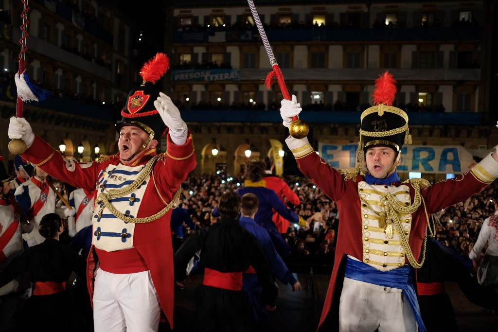 Una multitudinaria Plaza de la Constitución siguiendo el ritmo festivo. Fotos: Santiago Farizano