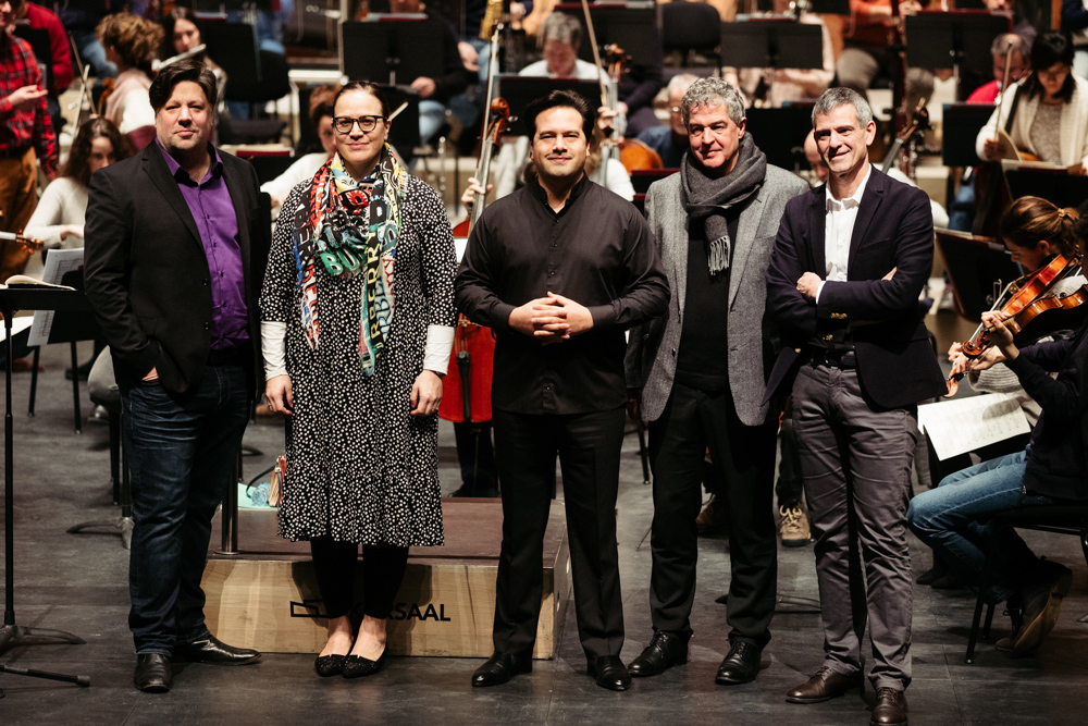Corby Welch, tenor; Jennifer Johnston, mezzosoprano; Robert Treviño, director titular de la Orquesta de Euskadi; Joxean Muñoz, viceconsejero de Cultura, Juventud y Deporte del Gobierno Vasco; y Oriol Roch, director general de la Orquesta de Euskadi. Fotos: Santiago Farizano