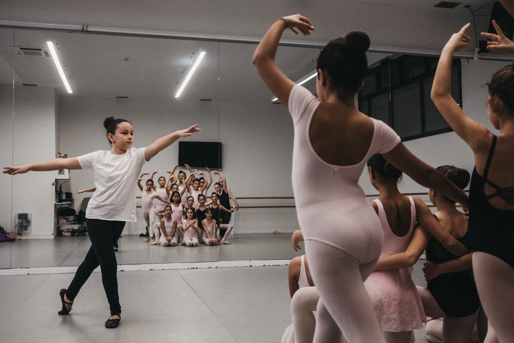 Ekhi, de frente, y sus compañeras en la Escuela Municipal de Música y Danza. Fotos: Santiago Farizano